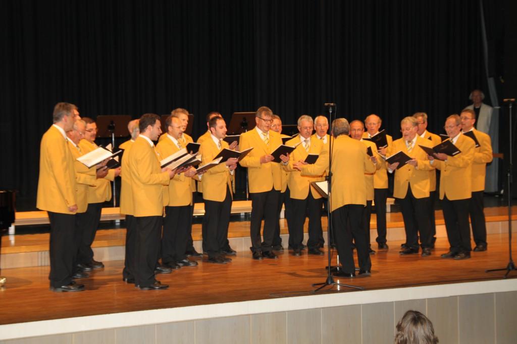 Der Liebherr-Chor bei seinem Auftritt in der Lindenhalle